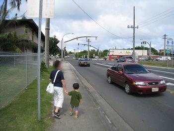 近所のスーパーまで歩きます