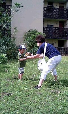 椰子の実で遊ぶばーちゃん