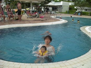 ホテルのプールで