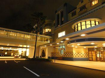 夜のホテルのフロント