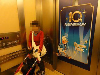 エレベーターのドアにミッキー