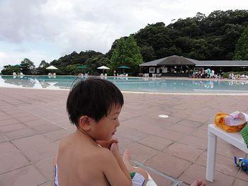 ホテルのプールにて