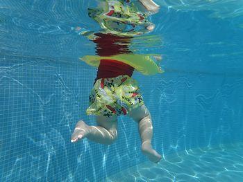 水中撮影。かわいいあんよ。