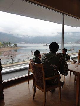 湖を見ながらの朝食