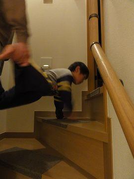 手押し車で階段のぼります
