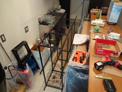 IKEAで購入した棚を組み立て中