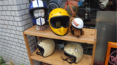 店頭にはペット用ヘルメットも ダムショップ
