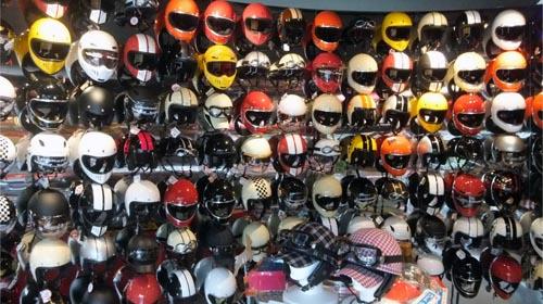 店内たくさんヘルメット[DAMMTRAX 直営店]