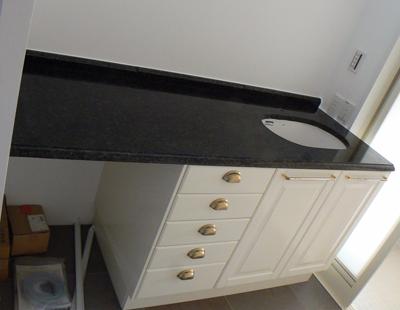 黒い石の洗面