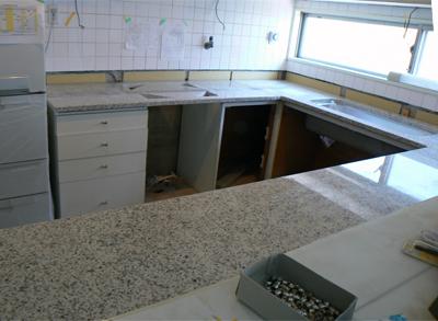 白い石のキッチン天板