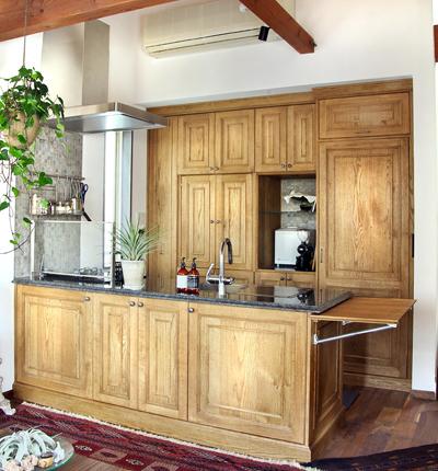 アンティークなキッチンに石の天板