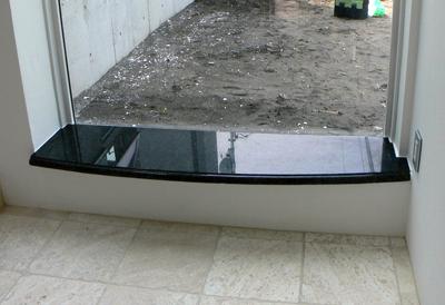 御影石の大きな窓台