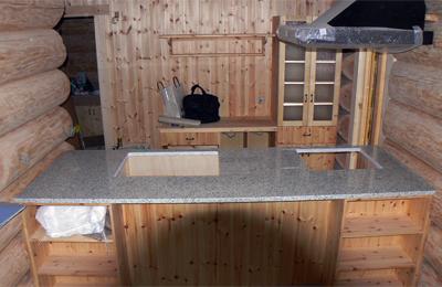 ログハウスに御影石のキッチン