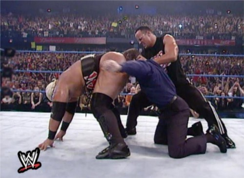 WWEの噂・裏技・裏話_リキシのケツにキスをするビンス・マクマホン2