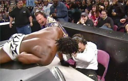 WWEの噂・裏技・裏話_リキシのスティンクフェイスをくらって吐くブッカーT