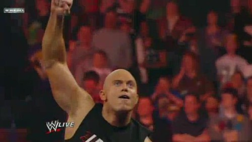 WWEの噂・裏技・裏話_ロックのまねをするミズ