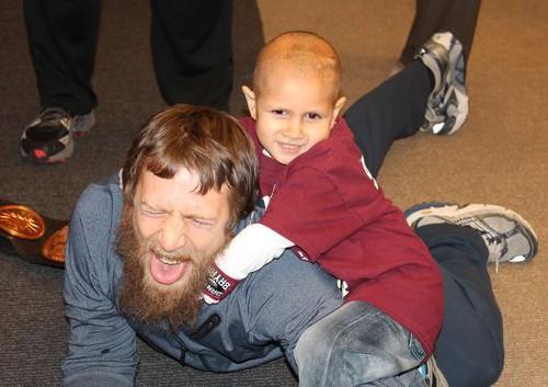 WWEの噂・裏技・裏話_ダニエル・ブライアンが子どもにノーロックをかけられてタップアウト