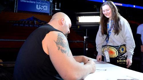WWEの噂・裏技・裏話_レッスルマニア29でスーパースター達が書いたサインの数は5万回以上
