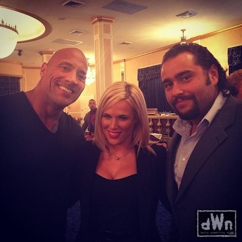 WWEの噂・裏技・裏話_ザ・ロックとルセフ&ラナがバックステージで笑顔で3ショット
