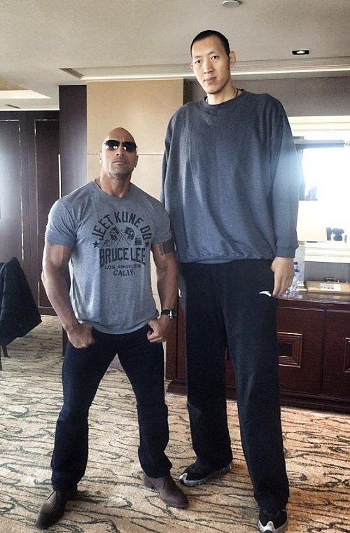 WWEの噂・裏技・裏話_ザ・ロックがまるで子供!?ロックが236cmのバスケットボール選手と撮ったツーショットが話題に