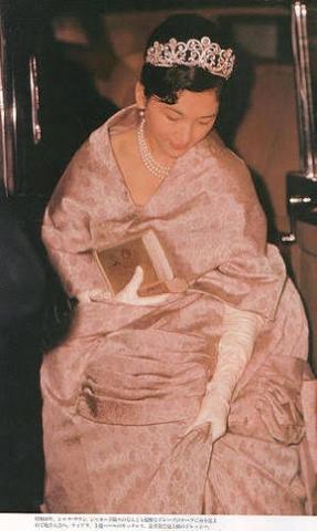 第一ティアラの名に相応しく、1959年四月十日の結婚の儀にて、お召しになっております。