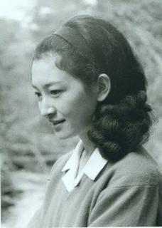 9dafd8bb92a37 お若い頃は正に深窓の令嬢に相応しい、まるで秘密の園の野菊のような可憐さ。
