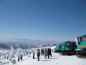 樹氷を観賞する人々、雪上車