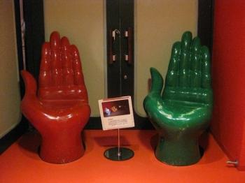手の椅子、赤と緑
