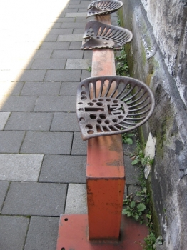 ヨーロッパの古い鋳物の椅子?