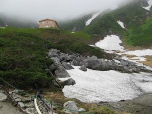 モレーン(堆石)、残雪、ホテル千畳敷が見える