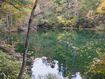 竜ヶ窪,紅葉の木々が水面に映り込んで