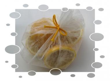 袋に入れた切った柚子