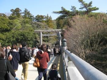 宇治橋を渡る参拝者