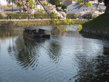 内濠を行く屋形船