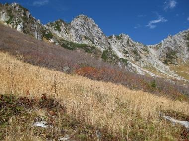 枯葉色になったカールと宝剣岳