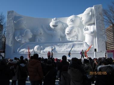 サザエさん一家の大雪像と観客
