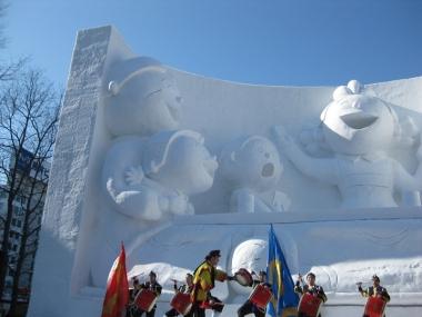 サザエさん一家の大雪像一部と琉球舞団