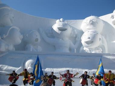 サザエさん一家の大雪像と琉球舞団 1