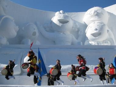サザエさん一家の大雪像と琉球舞団 2