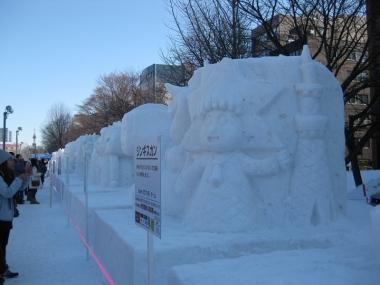 並ぶ市民雪像