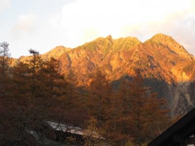 夕日に染まる明神岳