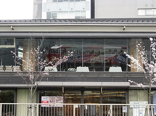 ビルの窓に映り込んだ水陸両用バス