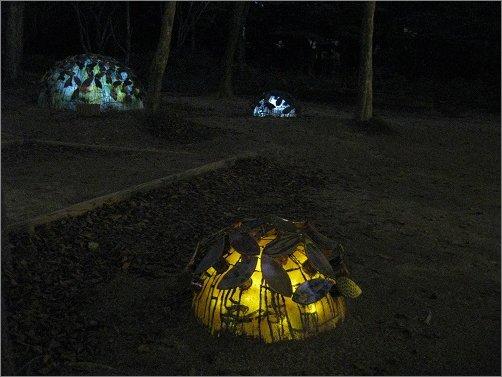 黄金色に耀く陶器の紫陽花
