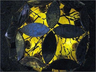 夜、黄金色に耀く陶器の紫陽花