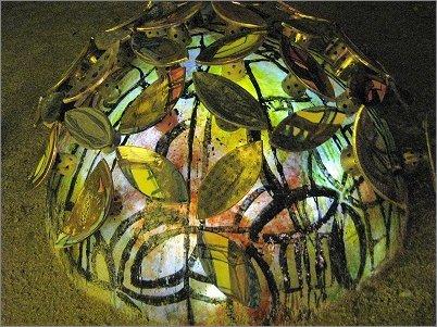 夜、発光してステンドグラス風になる陶器の紫陽花