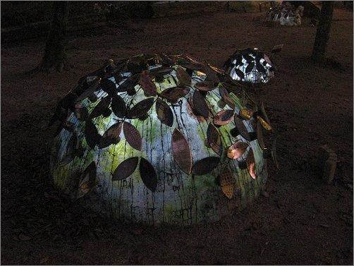 夜に発光して耀く陶器の紫陽花