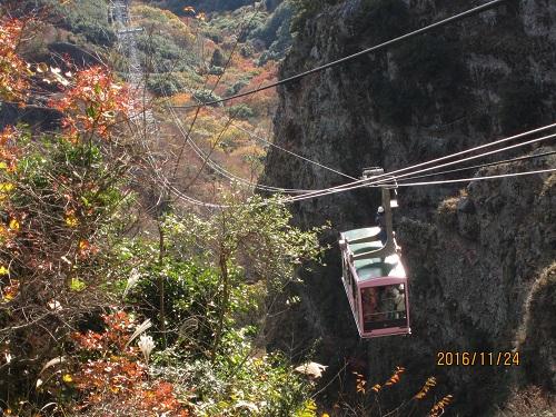 寒霞渓の渓谷を上ってくるロープウェイ