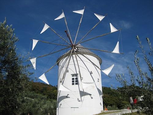 オリーブ公園の白いギリシャ風車 アップ
