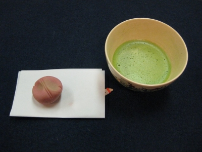 つつじの和菓子とお抹茶