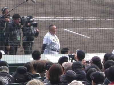 ユニホーム姿の松村邦洋 メタボなお腹,阪神対巨人OB戦で